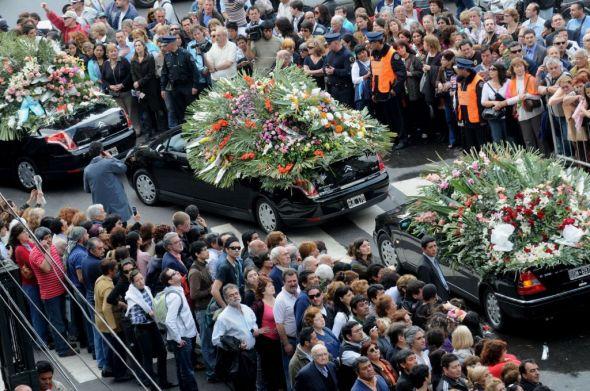Con emoción, zambas y chacareras, despidieron restos de Mercedes Sosa en el cementerio de la Chacarita