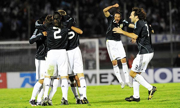 Argentina le ganó a Uruguay y se clasificó al Mundial 2010