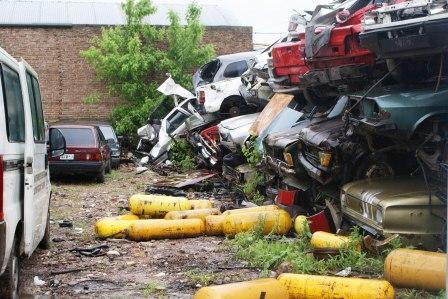 En Tigre compactan autos en desuso para combatir el dengue
