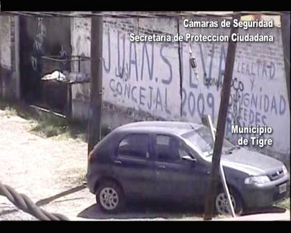 Las cámaras de seguridad de Tigre atraparon a dos menores robando un auto