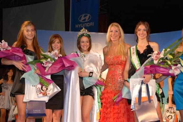 La nueva reina de San Isidro, María Victoria, rodeada por sus princesas, Camila y Brenda, la doctora Posse y Susana Clur