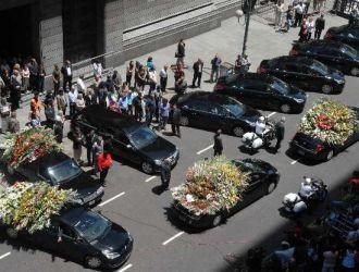Luego de un emotivo cortejo rodeado de miles de admiradores, el cuerpo de Sandro fue inhumado