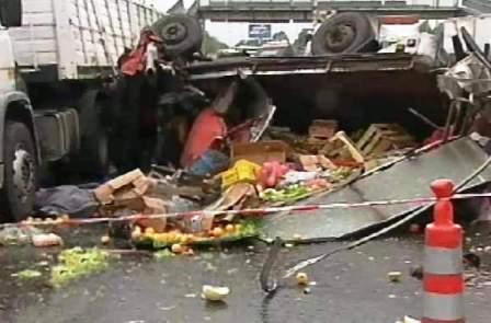 Dos camiones chocaron en la autopista Panamericana, a la altura de la localidad bonaerense de General Pacheco, lo que provocó la muerte de una persona y tres heridos.