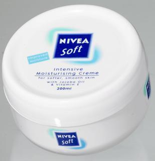 La ANMAT prohibió comercializar un lote de una crema humectante y mascara para pestaña