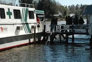Tareas de mantenimiento en el catamarán sanitario