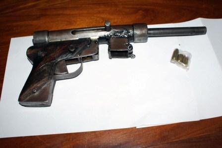 La Policía rescata a una rehén y aprehende a un delincuente armado con una ametralladora en el centro de Tigre.