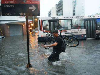 Otra vez colapso la ciudad de Buenos Aires por fuerte tormenta