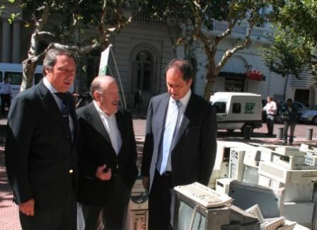 Osvaldo Amieiro, Intendente de San Fernando, y Daniel Scioli, Gobernador de la Provincia de Buenos Aires, entregaron más de 450 escrituras de diferentes barrios del Distrito.