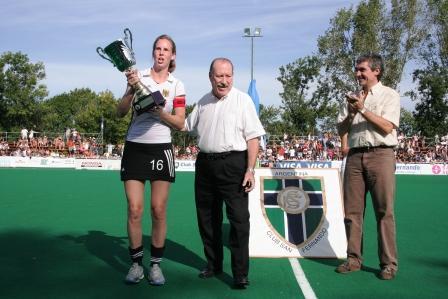 El Intendente de San Fernando, Osvaldo Amieiro, y el Ministro de Deportes de la Provincia de Buenos Aires, Alejandro Rodríguez, entregaron la Copa San Fernando Ciudad Bicentenaria a la capitana alemana.