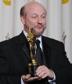 Juan José Campanella, director de El secreto de sus ojos, mientras sostenía el Oscar a Mejor Película Extranjera ganado el domingo en la 82 entrega de los premios de la Academia de las Artes y Ciencias Cinematográficas