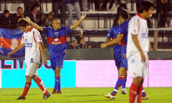 Argentinos Juniors y Tigre, mano a mano en La Paternal