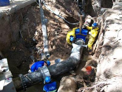 Personal de AySA realizando el by-pass que permitirá que avancen las obras del túnel