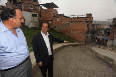 Scioli recorre en Río de Janeiro las favelas Manguinhos y Alemao, junto con el vicegobernador de Río, Luiz Fenando Pezão