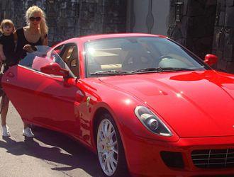 Maxi  le regaló una Ferrari Wanda