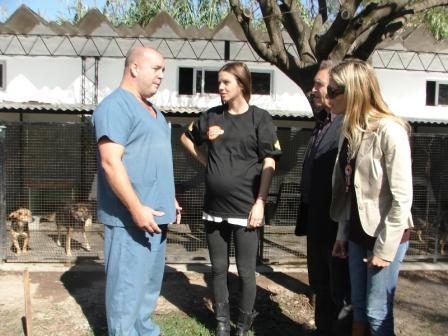 Geraldine Neumann visito el centro de zoonosis de Escobar