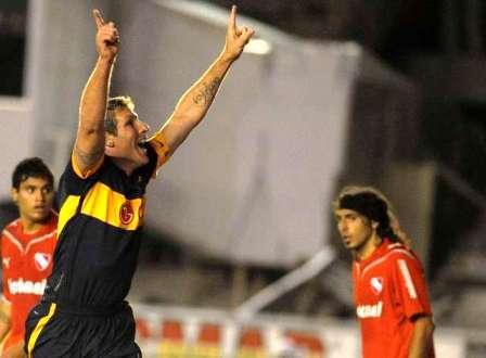 Palermo festeja su gola ante Independiente