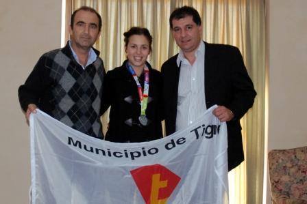 la esgrimista Andrea Bendrich, fue recibida en la Secretaría de Promoción Comunitaria del Municipio de Tigre, por autoridades del distrito
