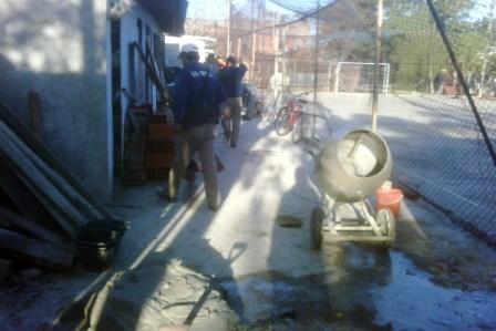 Construcciones de veredas, una fábrica de bloques, una plaza y pasillos en asentamientos, son algunos de los trabajos que realizan las agrupaciones del Programa Argentina Trabaja