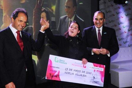 El gobernador Daniel Scioli entregó ayer microcréditos a un grupo de emprendedores, junto al presidente del Banco Provincia, Guillermo Francos, para celebrar los más de 5 mil préstamos otorgados por Provincia Microempresas