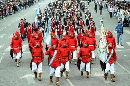 Una multitud disfrutó del desfile militar en la 9 de Julio