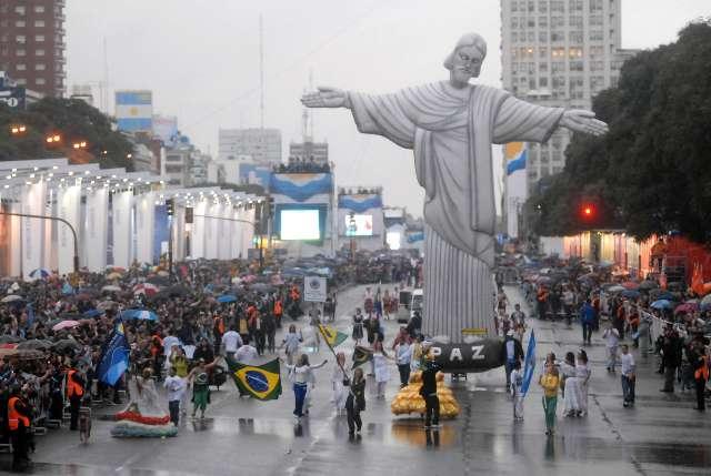 Un multitud acompaño el desfile de las colectividades por el bicentenario