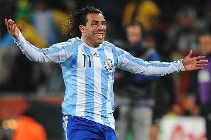 Tevez tiene un esguince de rodilla y Martino no lo tendrá en cuenta contra Brasil