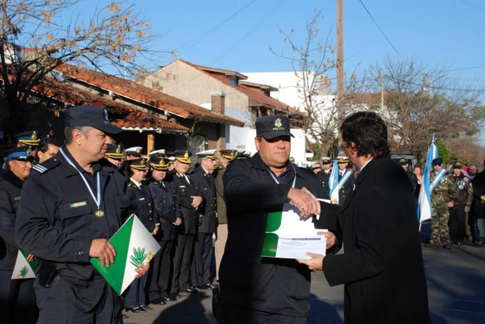 Distinguen a policías y alumnos de San Isidro