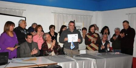 El presidente del Concejo Deliberante de Tigre, Dr. Julio Zamora, entregó a la Comisión de Historia la personería que acredita a la institución