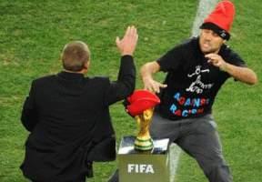 Sorteó el operativo de seguridad y casi que se lleva la Copa del Mundo a su casa