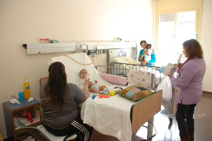 Donan juguetes a los niños internados en el Hospital Materno Infantil de San Isidro