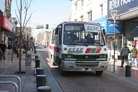 Ya circulan vehículos por la renovada calle Constitución
