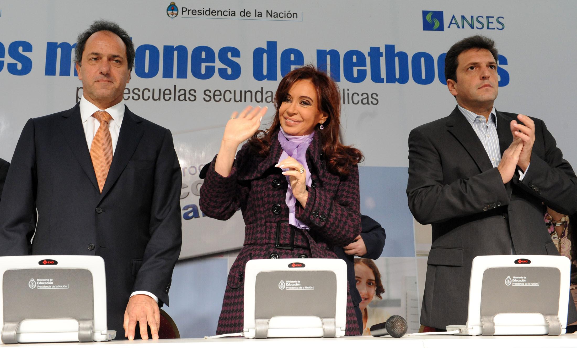 La Presidenta entregó netbooks y viviendas en Tigre junto al intendente Massa
