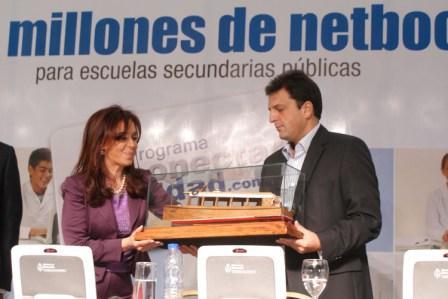 La Presidenta entregó netbooks y viviendas en Tigre junto al intendente Massa ()