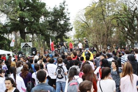 Los jóvenes festejaron el día de la primavera de Escobar