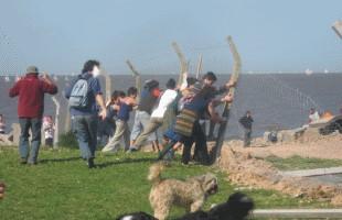 Vecinos quitan alambrado del Vial Costero