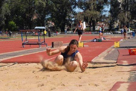 Paula Pitzinger  ganó en salto en alto y en largo