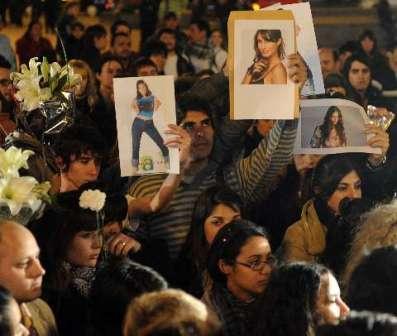 Un grupo de fans homenajeo a Romina Yan en la puerta del Gran Rex llevando una rosa blanca