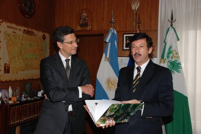 Posse haciendo entrega al diplomático galo del libro sobre los 300 años de San Isidro