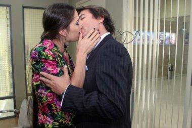 Renata seducirá al Almirante y ambos terminarán a los besos