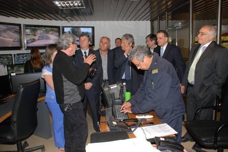 Los legisladores visitando la central de monitoreo de cámaras de seguridad y observando como el supervisor policial  informa de las novedades por radiocomuniación e informáticamente