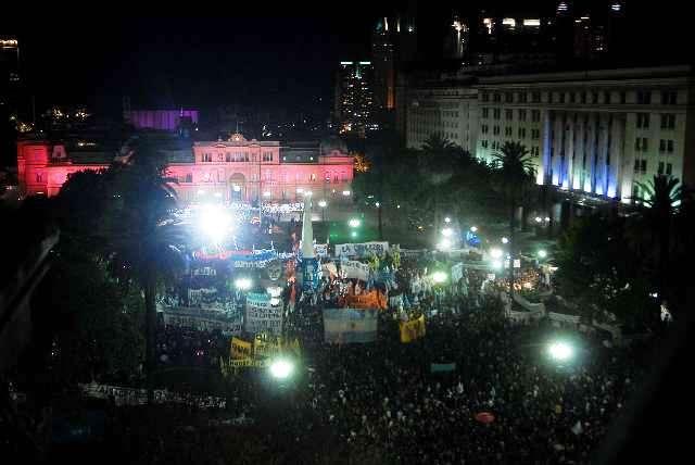 Con muestras de dolor una multitud honro a Néstor Kirchner en Plaza de Mayo