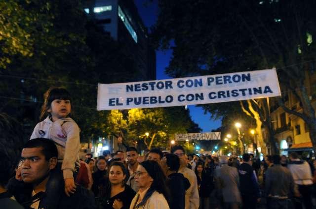 Miles de personas despidieron los restos de Kirchner durante la noche