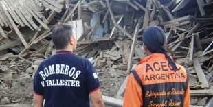 Bomberos de Villa Ballester exponen fotos de rescates a victimas del terremoto en Chile