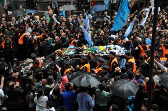 Los restos de Kirchner fueron inhumados en Río Gallegos tras emotiva y multitudinaria despedida