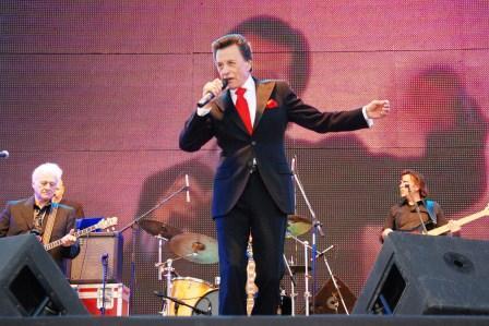 Palito Ortega cantó ante más de 10 mil vecinos de Troncos del Talar