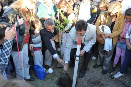 Massa y Zamora plantan un árbol en el 60 aniversario de Troncos