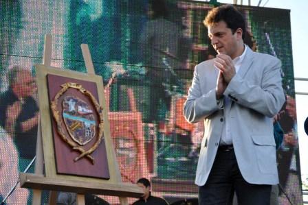 Massa junto al flamante escudo de Toncos