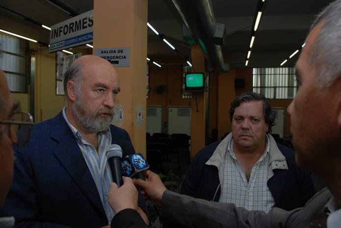 El secretario Sánchez Landa y el lic. Prassel dialogando con el periodismo