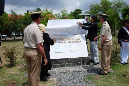 El descubrimiento del monumento en homenaje al bicentenario de la Prefectura Naval