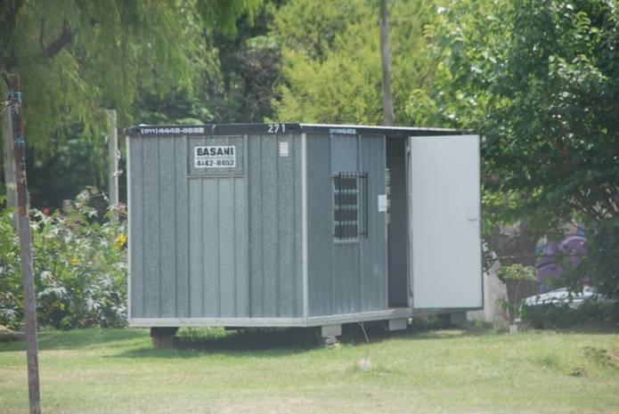 El contenedor provincial instalado subrepticiamente a escasos metros del albardón. Fue vuelto a clausurar por la comuna
